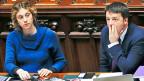 Ministerin Marianna Madia und Premier Matteo Renzi.  Die 34-Jährige Madia hat sich an die Mammutaufgabe gewagt, die öffentliche Verwaltung zu vereinfachen. Das Senats-Ja ist ein erster Erfolg.