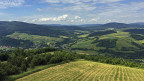 Die EU-Gelder für Landwirtschaft und Infrastruktur haben auch im Karpatenvorland Spuren hinterlassen; Dörfer wirken aufgeräumt, Strassen sind in gutem Zustand. Doch es gibt kaum Arbeit, und wer einen Job hat, verdient deutlich weniger als anderswo in Polen.