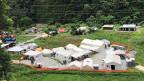 Mit 1000 Einwohnern, einem kleinen Spital und einigen Läden, war das Dorf Singati ein Zentrum im nepalesischen Bergland. Nachdem im Mai mehr als 100 Menschen ihr Leben und noch mehr ihr Zuhause verloren, und das Spital zerstört wurde, war Hilfe dringend nötig.