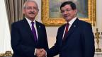 Vor den Verhandlungen reichen sich Premier Ahmet Davutoglu von der AKP und Kemal Kilicdaroglu von der Volkspartei CHP  die Hand. Die Koalitionsverhandlungen sind trotzdem gescheitert.