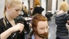Madlen Huber, Coiffeur Lernende im 3. Lehrjahr, foehnt das Haar an einem Modell-Kopf mit Echthaar, am Dienstag, 31. Maerz 2015 in Bern.