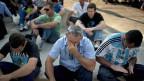 Der Traum vom Aufstieg ist für viele jäh geplatzt:; Brasilianische GM-Arbeiter vor dem Werk in Sao Jose dos Campos, nach einer Versammlung, an der ihnen mitgeteilt wurde, dass ein Teil von ihnen vorläufig beurlaubt wird.