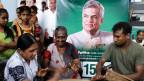 Unterstützer feiern eine mögliche Bildung einer neuen Regierung vor einem Poster des Parteichefs und ehemaligen Ministerpräsidenten Ranil Wickramasinghe.