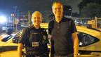 Officer Whitney Kujawa im Einsatz. Neben ihr steht SRF-USA-Korrespondent Beat Soltermann.