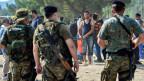 Die mazedonische Regierung sieht sich von der Flüchtlingssituation überfordert - und verstärkt die Polizeikräfte an den Grenzen mit der Armee.