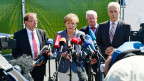 Die deutsche Bundekanzlerin Angela Merkel kündigt bei einem Besuch im Flüchtlingszentrum Heidenau Gesetzesänderungen an.