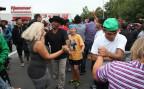 Flüchtlinge und ihre Unterstützer tanzen am Willkommensfest in Heidenau