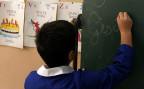 Ein Schüler in einem Klassenzimmer in Neapel