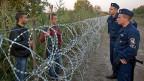 Ein Zaun trennt jetzt also Ungarn von Serbien entlang der ganzen gemeinsamen Grenze. Doch nicht einmal die Regierungspartei Fidesz von Premier Viktor Orban vertraut in den Zaun.