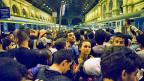 In den frühen Morgenstunden stehen noch tausende Flüchtlinge vor dem Ostbahnhof in Budapest - und hoffen auf einen Zug in Richtung Westen.