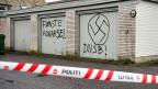 Das neue Asylgesetz dürfte den Vandalen, die das Asylzentrum im dänischen Tustrup angegriffen hatten gefallen. Die zwei Worte neben dem Hakenkreuz bedeuten «erste Warnung».