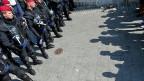 Von den über 2000 Menschen, die am Dienstag nach einer langen Reise und trotz hohem Zaun in Ungarn angekommen sind, sitzen die meisten fest: Die Polizei hat das Bahnhofsgebäude in Budapest abgeriegelt.