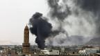 Die Saudis rüsten nach: Schwarzer Rauch über der jemenitischen Hauptstadt Sanaa - nach einem Luftangriff am 2. September.