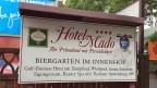 Aus dem Vierstern-Hotel Mado in Köln ist eine Unterkunft für eritreische Flüchtlinge geworden; der Hotelier hat mit der Stadt Köln einen Vertrag für drei Jahre abgeschlossen – und erhält pro Nacht und Asylbewerber gut 20 Euro vergütet.