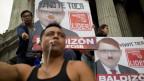 Demonstranten halten ein Plakat des Präsidentschaftskandidaten Manuel Baldizon hoch. Sie verlangen eine Wahlrecht-Reform, Guatemala Stadt, 5. September 2015