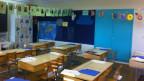 Steckbriefe der Schüler und Schülerinnen für den Elternabend hängen über den Pulten: Das leere Schulzimmer der Oberstufe an der Schule in Aarwangen, BE.