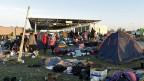 Neben Polizeibeamten will die österreichische Regierung auch die Armee einsetzen. Die rund 2000 Soldaten sollen vor allem humanitäre Hilfe leisten, aber auch die Polizei an der Grenze unterstützen. Bild: Flüchtlinge an der ungarisch-österreichischen Grenze, am Montagmorgen.