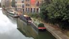 Alle 14 Tage muss der Bootsbesitzer eine neue Anlegestelle finden, sonst bräuchte er einen seltenen und teuren Ankerplatz.