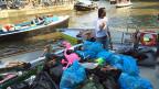 Was an Bord gehievt wird, kommt in Plastiksäcke. Blaue für Pet-Flaschen und schwarze für den Restabfall. In kürzester Zeit stauen sich die vollen Plastiksäcke im Heck des Elektrobootes.