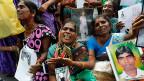 Fotos von Familienmitgliedern, die während des Krieges verschwunden sind. Tamilische Frauen im August 2013 an einer Veranstaltung in Jaffna.