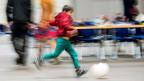 In der zum Flüchtlings-Empfangszentrum umfunktionierten Messe Erfurt gibt es einen Kindergarten, es gibt Tischfussball, Fuss- und Basketball. Der Geschäftsführer der Messe Erfurt, Wieland Kniffka, ist beeindruckt, wie schnell sich die Kinder eingewöhnen.