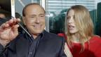 In Italien soll das Abhören schwieriger werden: Silvio Berlusconi würde es wahrscheinlich zu schätzen wissen. Bild: Berlusconi als Präsident von AC Milan mit Tochter Barbara.