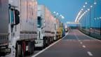 Bereits am Mittwoch stauten sich vor der serbisch-kroatischen Grenze die Lastwagen auf der serbischen Seite über Kilometer.