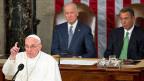 Papst Franziskus rief in seiner 50 Minuten dauernden Rede dazu auf, «keine Angst vor Fremden» zu haben, «denn die meisten von uns sind einst selber Fremde gewesen». Angesichts der weltweiten Flüchtlingskrise forderte er unter grossem Applaus eine «menschliche, gerechte und brüderliche» Reaktion.
