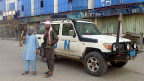 Erstmals seit 14 Jahren haben die islamistischen Taliban eine afghanische Provinzhauptstadt erobert – zwei Taliban-Kämpfer posieren in Kundus vor einem Auto der UN-Truppen.