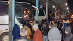 Die EU zieht die Schraube an: Die Balkanländer, die nicht zur EU gehören, gelten als sichere Herkunftsländer. Das bedeutet, dass Flüchtlinge schneller dorthin zurückgeschickt werden. Bild: Viele Leute warten am Busbahnhof in Kosovos Hauptstadt Pristina auf Busse, die sie nach Serbien bringen sollen.