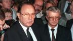 Der ehemalige Kanzleramtsminister Rudolf Seiters (rechts) und Aussenminister Hans-Dietrich Genscher am 30.9.1989 in der deutschen Botschaft in Prag.