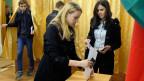 Eine Studentin bei der Stimmabgabe für die Präsidentschaftswahl in Weissrussland vom 11. Oktober 2015.