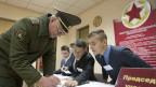 Ein weissrussischer Offizier bei den Vorwahlen in Minsk. Die Präsidentschaftswahlen finden am 11. Oktober 2015 statt.