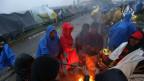 Migranten wärmen sich an einem Lagerfeuer in der Nähe von Trnovec, Kroatien, am 19. Oktober 2015, Sie wollen die Grenze zu Slowenien überqueren.