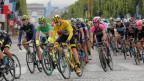 Die Tour de France kommt nach Bern. Bild: Fahrer auf der Champs Elysees-Avenue im 2015.