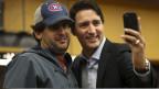 Der designierte Ministerpräsident Justin Trudeau (rechts) macht ein Selfie in einer U-Bahnstation in Montreal am 20. Oktober 2015.