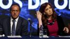 Argentiniens Präsidentin Cristina Fernandez de Kirchner sitzt neben dem Präsidentschaftskandidaten Daniel Scioli während einer Kundgebung in Buenos Aires am 20. Oktober 2015.