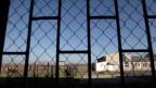 In Tschechien würden die Flüchtlinge – ja gar ganze Familien – in geschlossene Lager gesteckt, wo sie bis 40 Tage oder länger bleiben müssen. Geld und Mobiltelefone müssten sie abgeben.