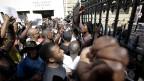 Studenten protestieren vor dem Parlament in Kapstadt gegen die geplante Erhöhung der Studiengebühren.