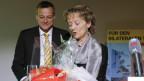 """Martin Landolt, Parteipraesident BDP, links, bedankt sich bei Bundesraetin Eveline Widmer-Schlumpf nach ihrer Rede mit einem """"Grossmutter Starter Kit"""", an der Delegiertenversammlung der BDP Schweiz, in Bern"""