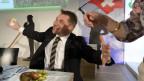 SVP-Parteipräsident Toni Brunner isst einen Saucisson an der Delegiertenversammlung im waadtländischen Villeneuve
