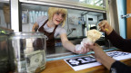 Caitlyn Faircloth gibt gratis Eis aus bei Molly Moon's Homemade Ice Cream, um den höheren Mindestlohn zu feiern, Juni, 2015