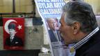 Nicht alle Menschen freuen sich so wie dieser Mann über Erdogans Wahlsieg.