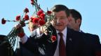 Der türkische Premier wirft rote Nelken auf - für seine Wähler.