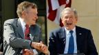 Vater George Herbert Walker Bush und Sohn George W. Bush. Der Sohn bleibt im Buch quasi unangetastet. Das lässt die Kritik des Vaters in einem merkwürdigen Licht erscheinen: George W. hätte schliesslich sein Team jederzeit auswechseln und seine Politik ändern können.