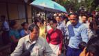 Aung San Suu Kyi auf dem Weg zum Wahllokal