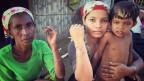 Fatima sitzt im Schatten ihrer Bambushütte und hält ihren Arm hoch. Eine tiefe Narbe zieht sich sichelförmig über ihren Unterarm. Bei den Ausschreitungen 2012 drang eine Gruppe von Buddhisten in Begleitung von Polizisten in ihr Dorf ein und zündete die Häuser an. «Ich nahm mein Kind und versteckte mich im Haus, doch die Angreifer fanden uns. Sie wollten meinen Kopf mit einer Machete spalten. Ich hielt den Arm schützend vor mich.» Fatimas Dorf wurde abgebrannt, zwei Frauen verbrannten. Die Dorfbewohner wurden mit Zehntausenden von anderen in verschiedene Lager am Meer gesperrt.