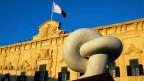 Afrikas Probleme in Afrika lösen - die grossen Ziele des EU-Gipfels zur Flüchtlingskrise. Bild: Eine Skulptur markiert in Valletta auf der Insel Malta den EU-Gipfel zur Flüchtlingskrise.