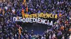 Demonstrierende tragen am 13. Oktober in Barcelona einzelne Buchstaben, die die Worte «Independencia», deutsch: Uabhängigkeit und «Desobediencia», deutsch: Ungehorsam bilden.