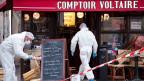 Polizeiliche Forensiker untersuchen den Tatort im Restaurant Voltaire in Paris